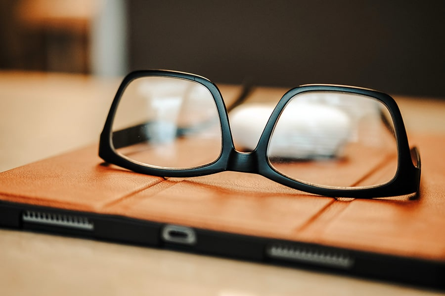 How to avoid glare on glasses in zoom and video - Featured Image
