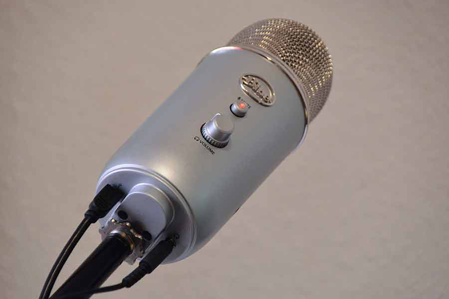 Blue Yeti microphone connectors and mic stand mounting point